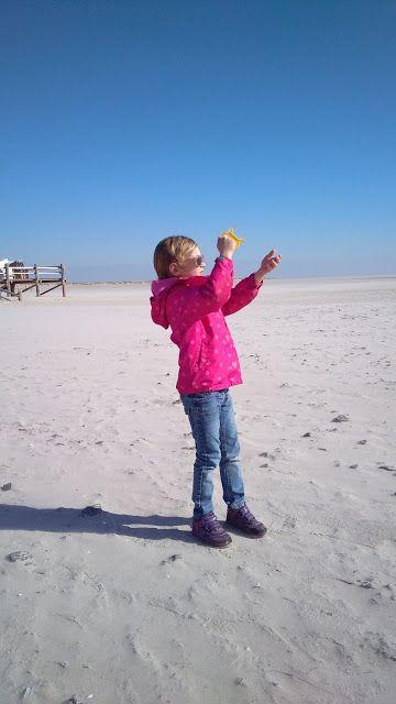 Reisen mit Kindern in St. Peter-Ording. Nordsee. Langer Sandstrand und Drachen steigen lassen.