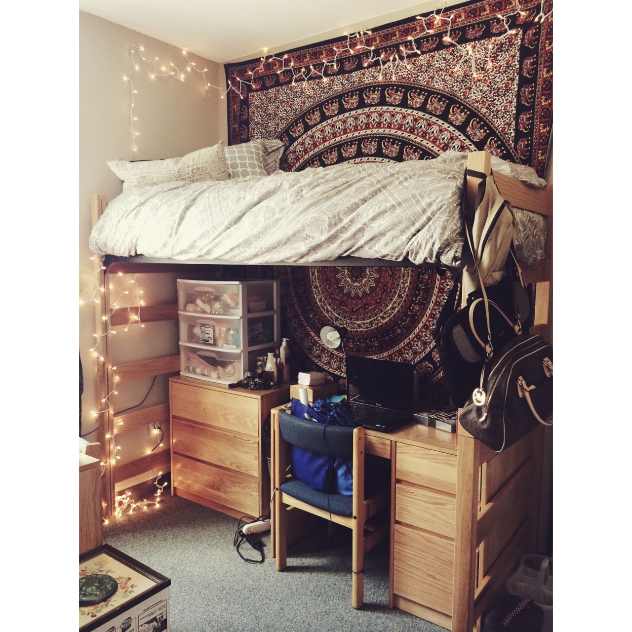 this is all i want in a dorm. light bedding, tapestry, christmas