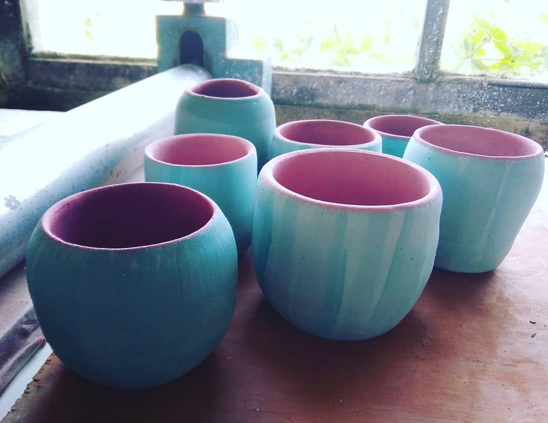 Somos unas macetas para 🌿 muy coloridas y nos estamos secando al ☀️ #ceramicahechaconamor #macetasuculenta #macetapequeña #macetadeceramica #flowerpot #ceramicflowerpot #pinkpottery #bluepottery #spanishpottery