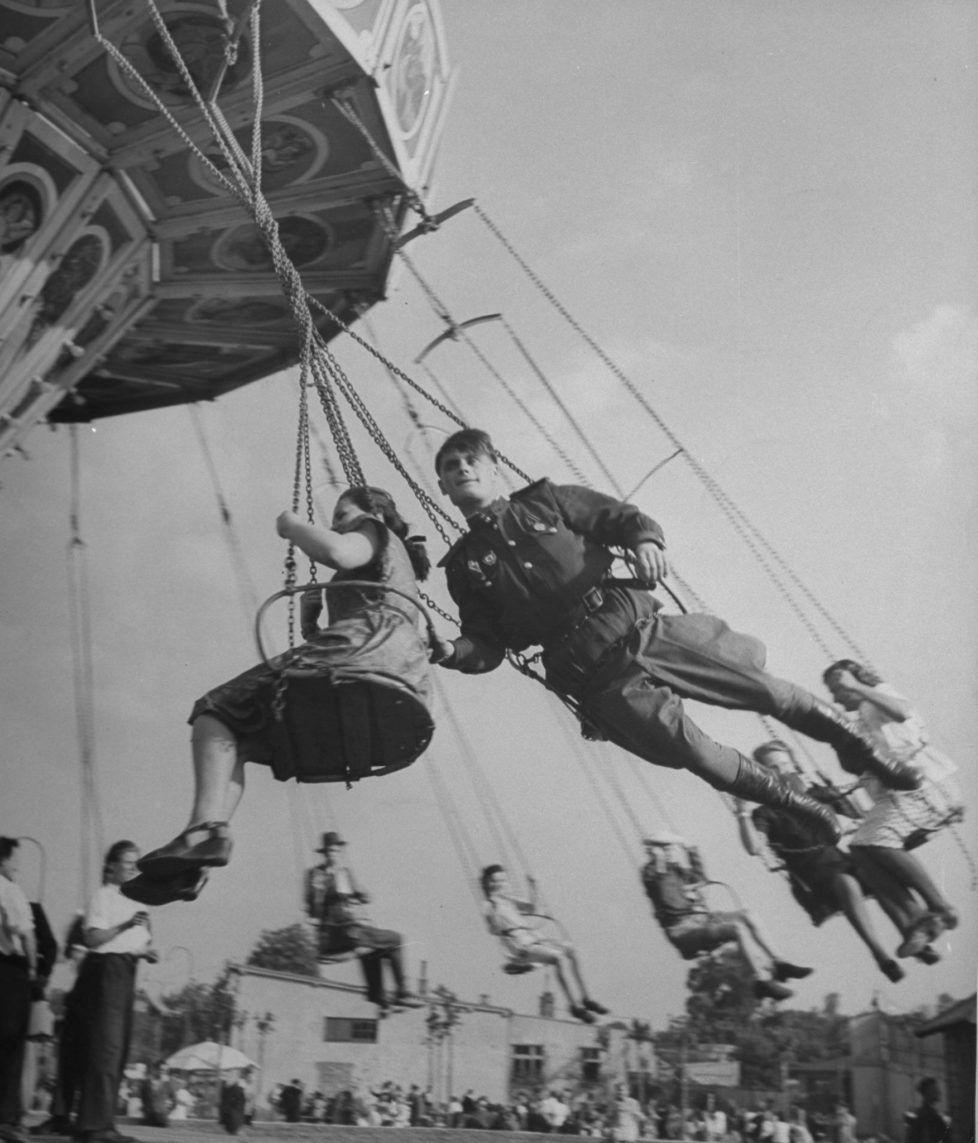 Vergnügung im Wurstelprater  Ein sowjetischer Soldat auf einer Fahrt ...