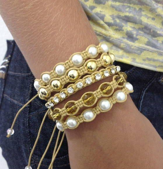 PROMOÇÃO Kit de pulseiras shambalas, confeccionadas em macramé, com cordão encerado na cor bege, composto de 5 pulseiras - 1 pulseira de corrente de strass cristal (tamanho PP32 - strass pequeno) - 1 pulseira de bolas douradas de 8 mm - 1 pulseira de cristais facetados de 8 mm na cor citrino ...