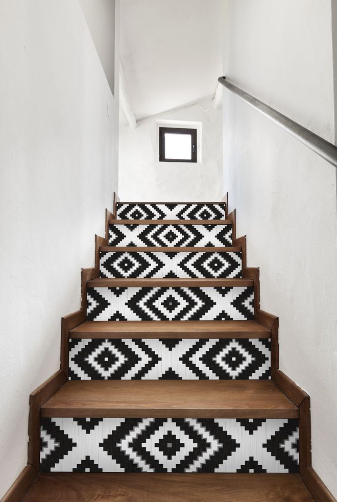 un escalier rafra chi par du papier peint noir et blanc. Black Bedroom Furniture Sets. Home Design Ideas