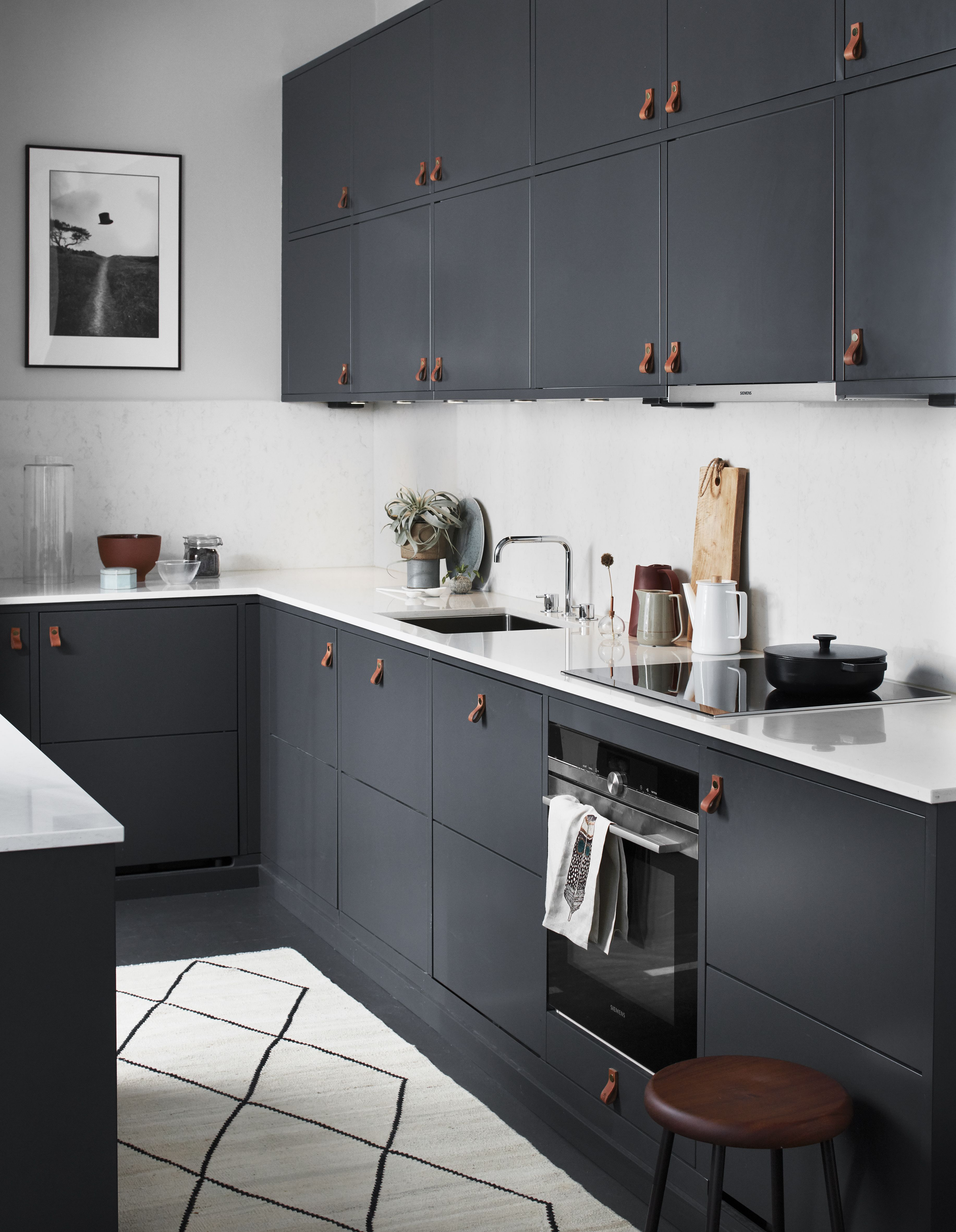 Modern navy kitchen with leather finger pulls | Gorgeous Kitchens ...
