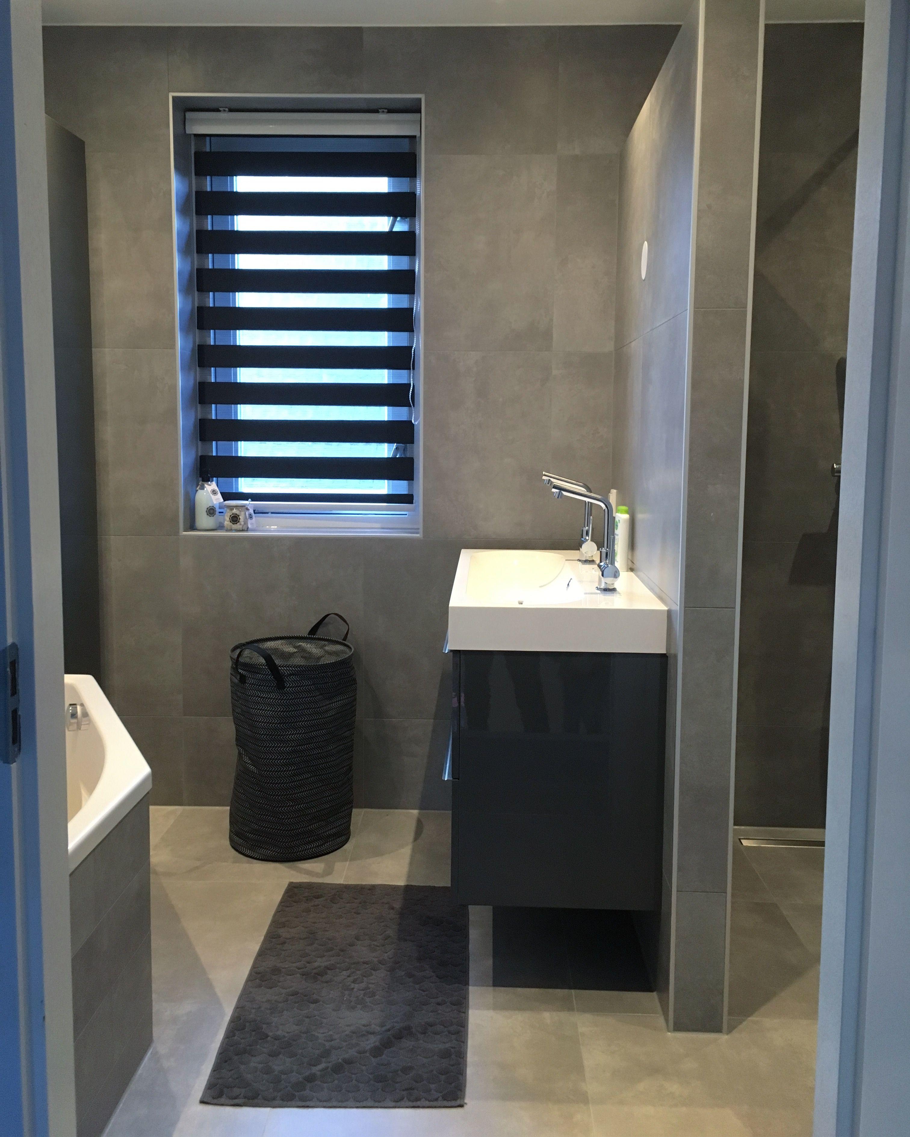 Onze badkamer 60x60 tegel betonlook gecombineerd met for Matte tegels