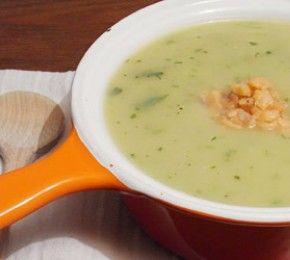 Kartoffel-Kräutersuppe mit Lachstatar - Je unbarmherziger draußen der Winter tobt, desto wohltuender sind warme, wohlschmeckende Suppen. Die TK kennt ein Rezept, das den Klassiker Kartoffelsuppe neu interpretiert.