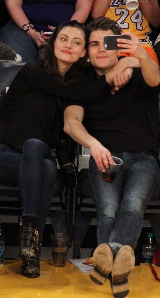 Phoebe Tonkin And Paul Wesley At La Lakers Game In La Dnevniki Vampira Aktery Fibi Tonkin Dnevniki Vampira
