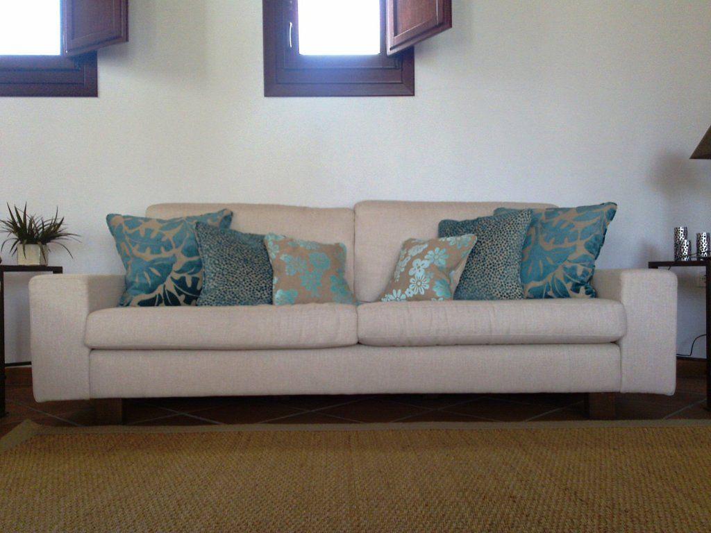 Turquesas cojines sobre gris pinterest telas para - Que cuesta tapizar un sofa ...