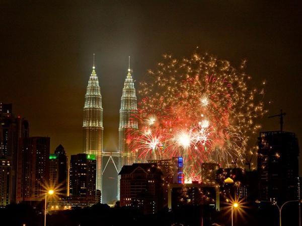 Fireworks In Kuala Lumpur Malaysia New Year S Eve Around The World Celebration Around The World New Years Eve Fireworks