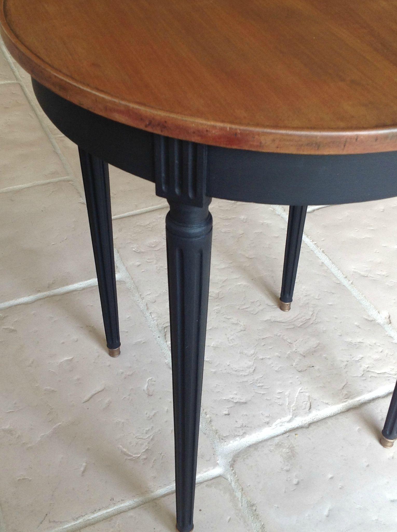 PATINE NOIRE MODERNE POUR UNE TABLE AUX LIGNES CLASSIQUES