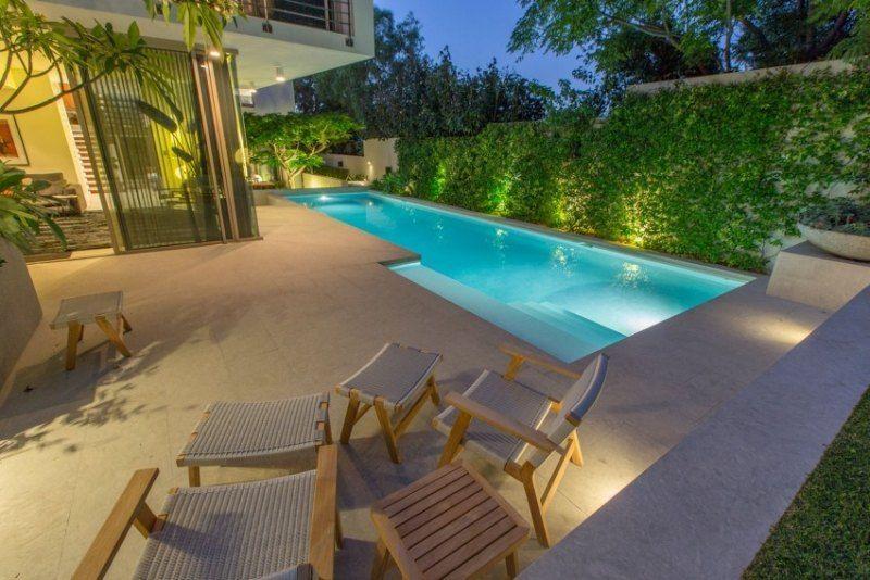 Kleiner Pool Mit Treppeneinstieg Und Terrassenplatten Im Sandton Garden Swimming Pool Small Backyard Pools Modern Pools