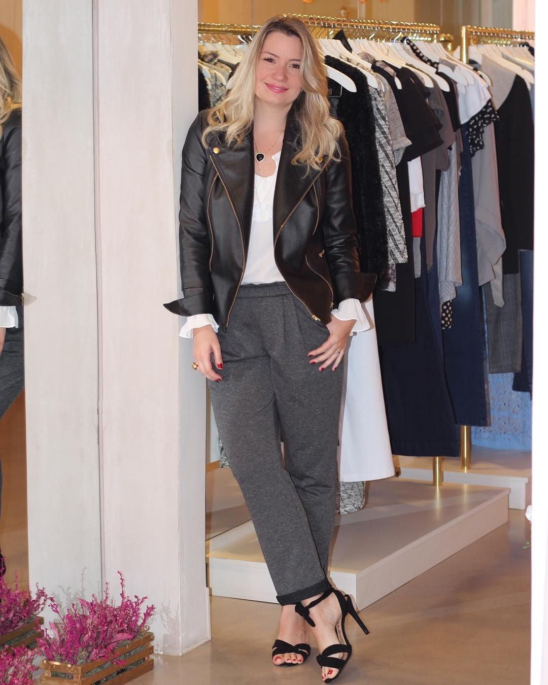 6f9214b3b Já imaginou um look tão chic com uma calça de moletom cinza? Aposte na  jaqueta