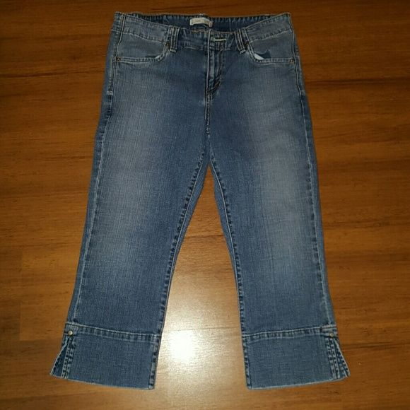 Levi's Capri 515 jeans size 8 Levi's Capri 515 jeans size 8. Inseam is approx 21.5 inches. Levi's Jeans Ankle & Cropped