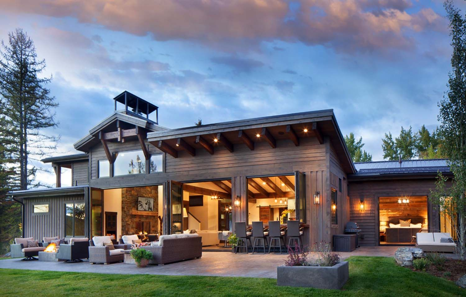 Rustic Modern Dwelling Nestled In The Northern Rocky Mountains Modern House Design Modern Rustic Homes Mansion Interior