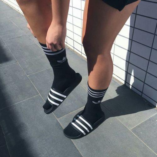 Brillante caballo de fuerza Puede ser ignorado  Ideas de zapatos para ti #estaesmimodacom #zapatos #botas #tacon #calzado |  Slides outfit, Sock outfits, Adidas slides outfit