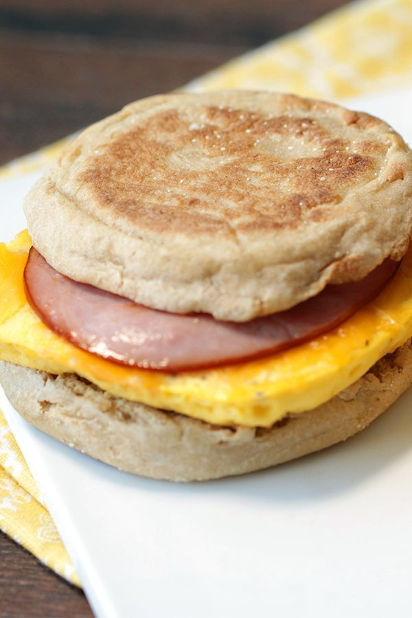 Breakfast idea! Make a batch of these yummy egg-patty sandwiches, and take the stress (and the drive-thru) out of your mornings... 1 sandwich = 214 calories | 4.5g fat | 6 Weight Watchers SmartPoints | MUST-PIN!