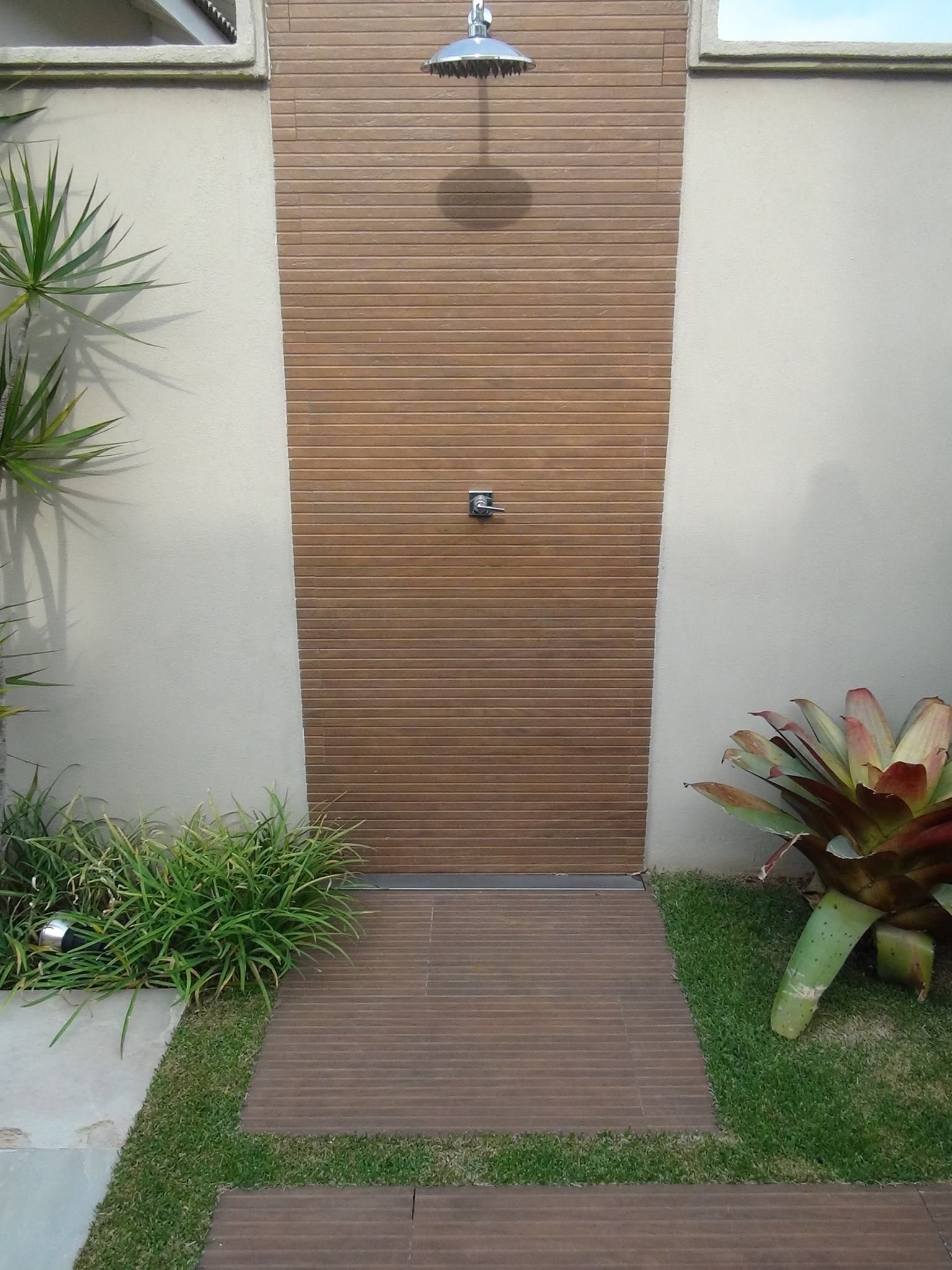 Duchas piscinas pinterest externos areas externas e - Duchas para jardin ...
