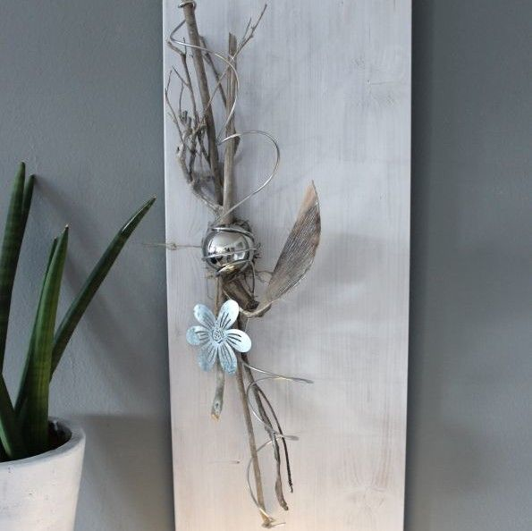 wd88 holzbrett wei gebeizt dekoriert mit nat rlichen materialien einer edelstahlkugel und. Black Bedroom Furniture Sets. Home Design Ideas