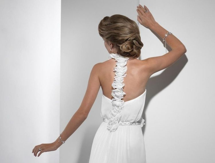 Welche frisur zum neckholder kleid