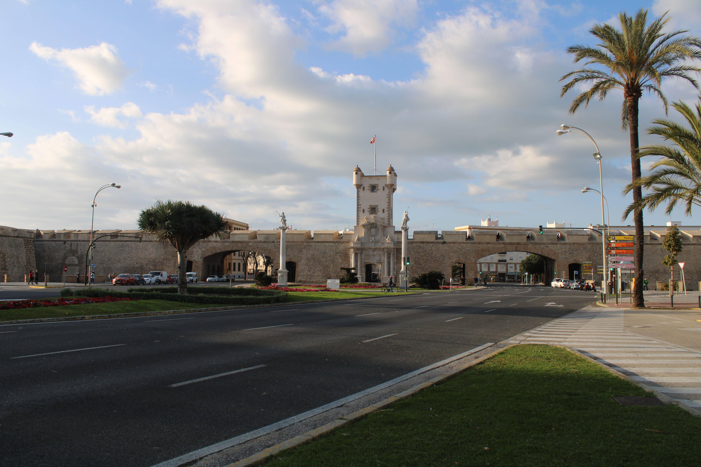 puertas de tierra en la ciudad de Cádiz