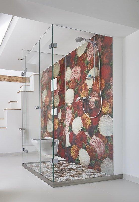 Ha scelto di affiancare la carta da parati a materiali che sono ormai dei classici del bathroom design come il marmo, il laccato lucido, la finitura cromata. Contemporary Wallpaper Contemporary Wallpaper Wall Deco Decor Interior Design