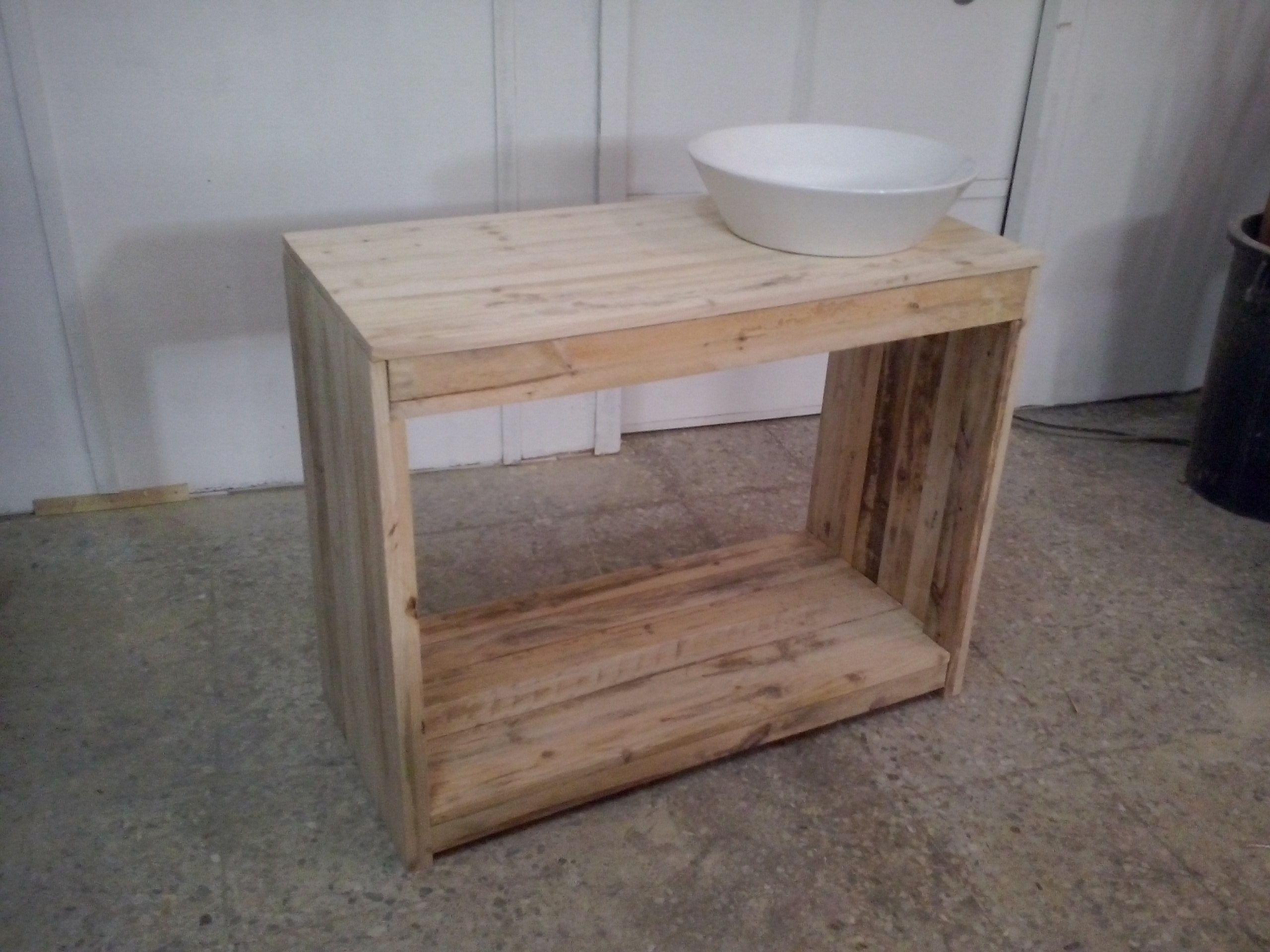 Mueble lavabo realizado con maderas de palets usados for Mueble realizado con palet de madera