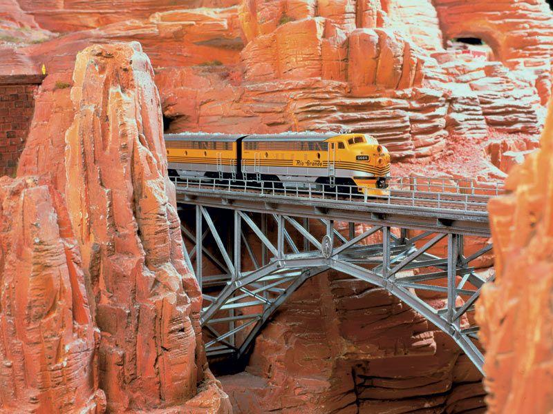 Unmittelbar an den durch das Gestein verlaufenden Tunnel schließt sich diese ebenfalls über den Grand Canyon führende Brücke an.