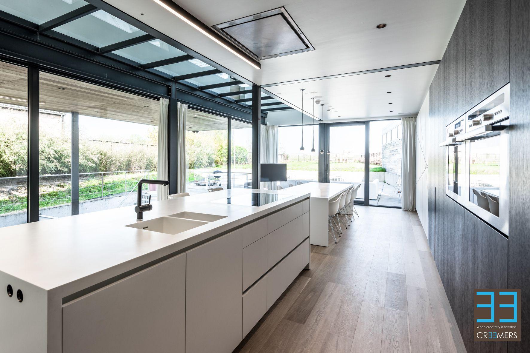 Keuken ontwerp in zwart wit in moderne stijl keukentablet in