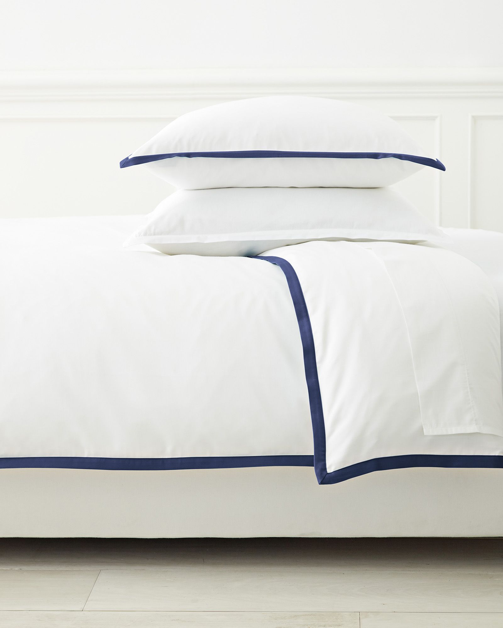 Classic White Duvet Cover With Navy Blue Border Trim Serena Lily Luxurybeddingnavy Luxury Bedding Bed Linens Luxury Luxury Duvet Covers White comforter with navy trim
