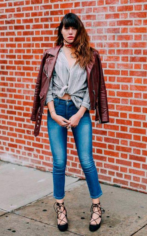 Bandana no pescoço, jaqueta de couro marrom, blusa com nó na cintrua, sandália com amarração