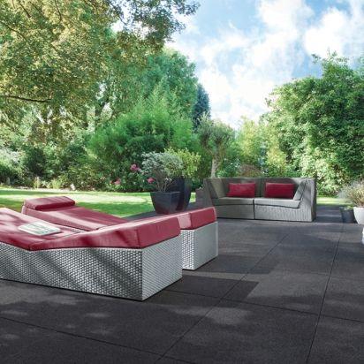 De grandes dalles gris foncé pour une terrasse dédiée à la détente ...