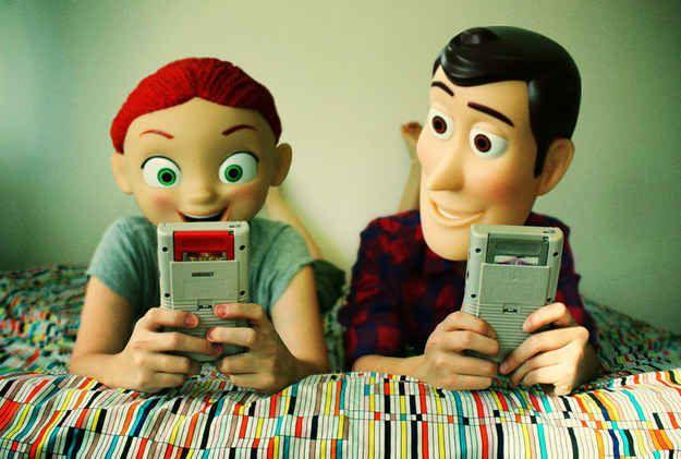 A Woody y a Jessie les gusta jugar videojuegos.  6ca7ce5fa38