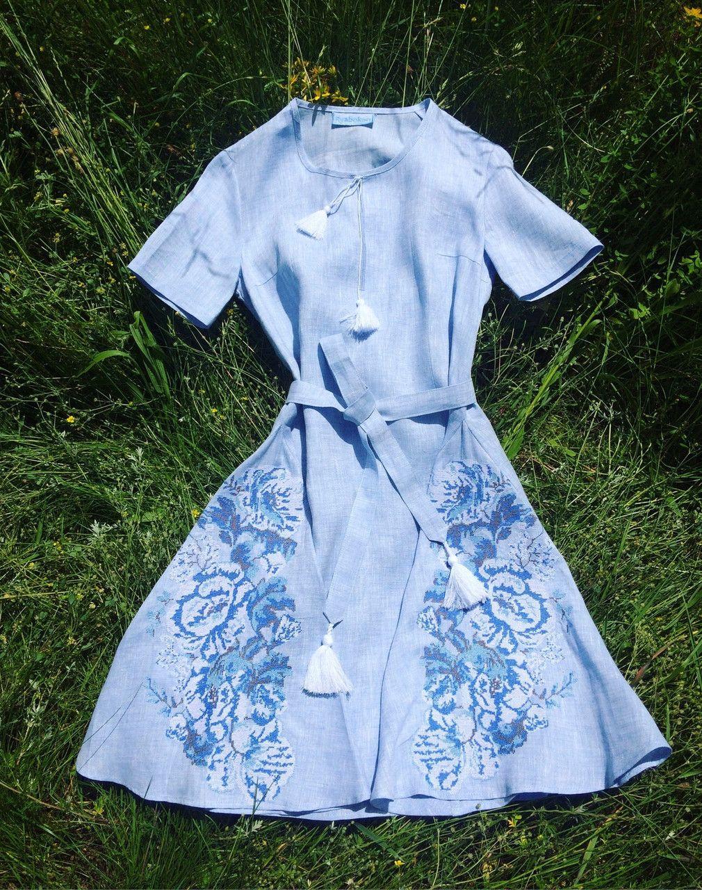 Вишита сукня блакитний меланж з коротким рукавом та клинцями вишивка  троянди   продажа 0eac23970b98f