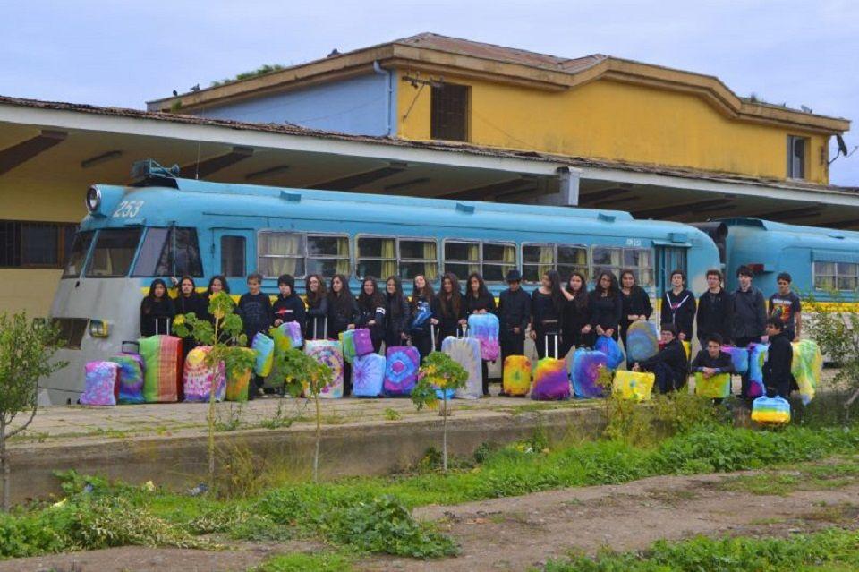 """Espíritu Colorearte Colegio Bosques de Gaia. """"Esperando viajar en el último ramal"""". Profesora: Paula Fuentes. Constitución."""