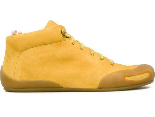 """Para a coleção Primavera/Verão 2013, a Camper apresenta o Peu Senda, um botim desportivo amarelo em pele """"nubuck""""."""