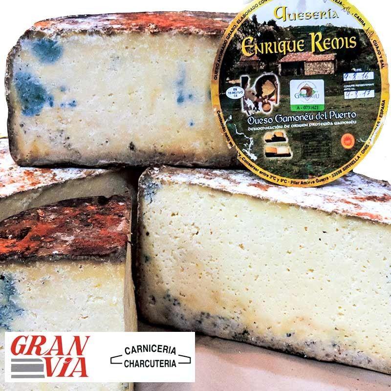 Queso Gamoneu del Puerto de Enrique Remís.    Está elaborado por tres leches en las siguientes proporciones: leche cruda de vaca (40%), de oveja (50%) y de cabra (10%).  Todo una explosión de sabor en la boca.   Se trata de un  queso muy equilibrado, con un punto de sal perfecto y mantecoso.  #queso #asturias #asturiano #asturianos #quesos  #cangasdeonis #cangas #onis #gamoneu #gamonedo #remis #puerto