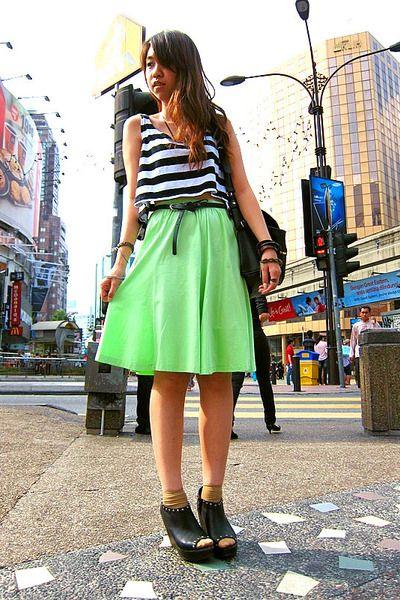 black-mango-bag-mustard-socks-chartreuse-maxi-skirt-black-peep-toe-clogs-_400.jpg (400×600)