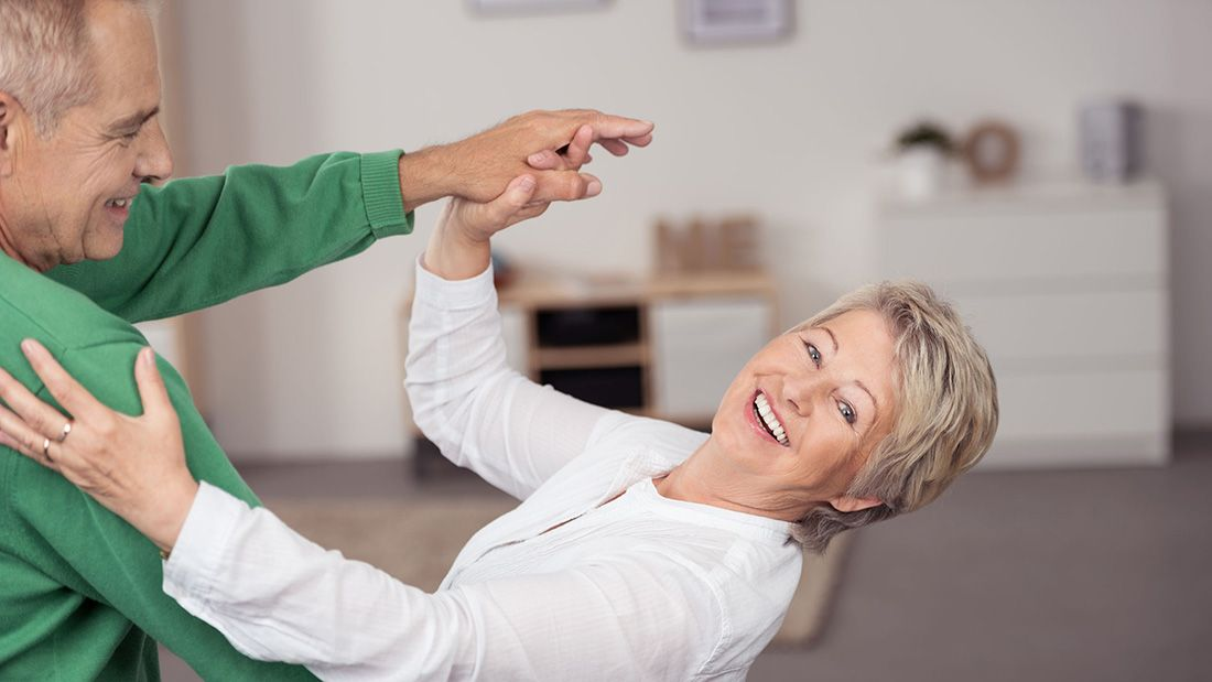 Los beneficios de clases de baile de adultos mayores, los hace más alegres, minimiza
