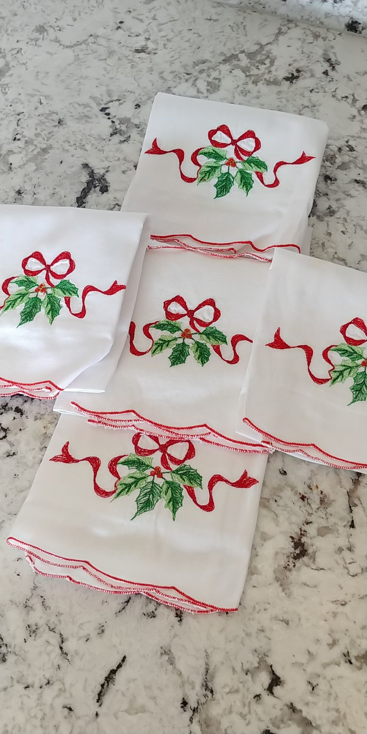 Pretty White Vintage Christmas Cloth Napkins, Decorated with Red Ribbon Bow, Holly & Berries. Perfect for your Holiday Table. 5 Napkin Set #clothnapkins