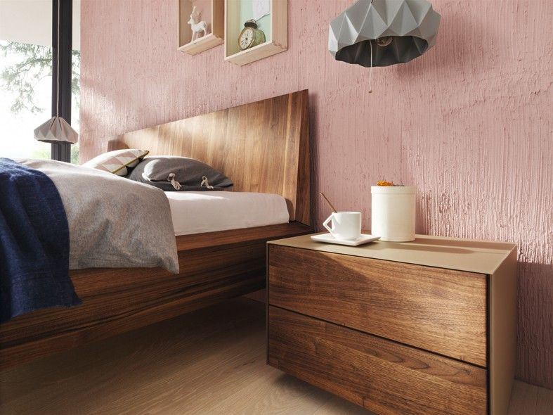 the lux platform bed in european walnut with cubus pure side table ... - Team 7 Schlafzimmer