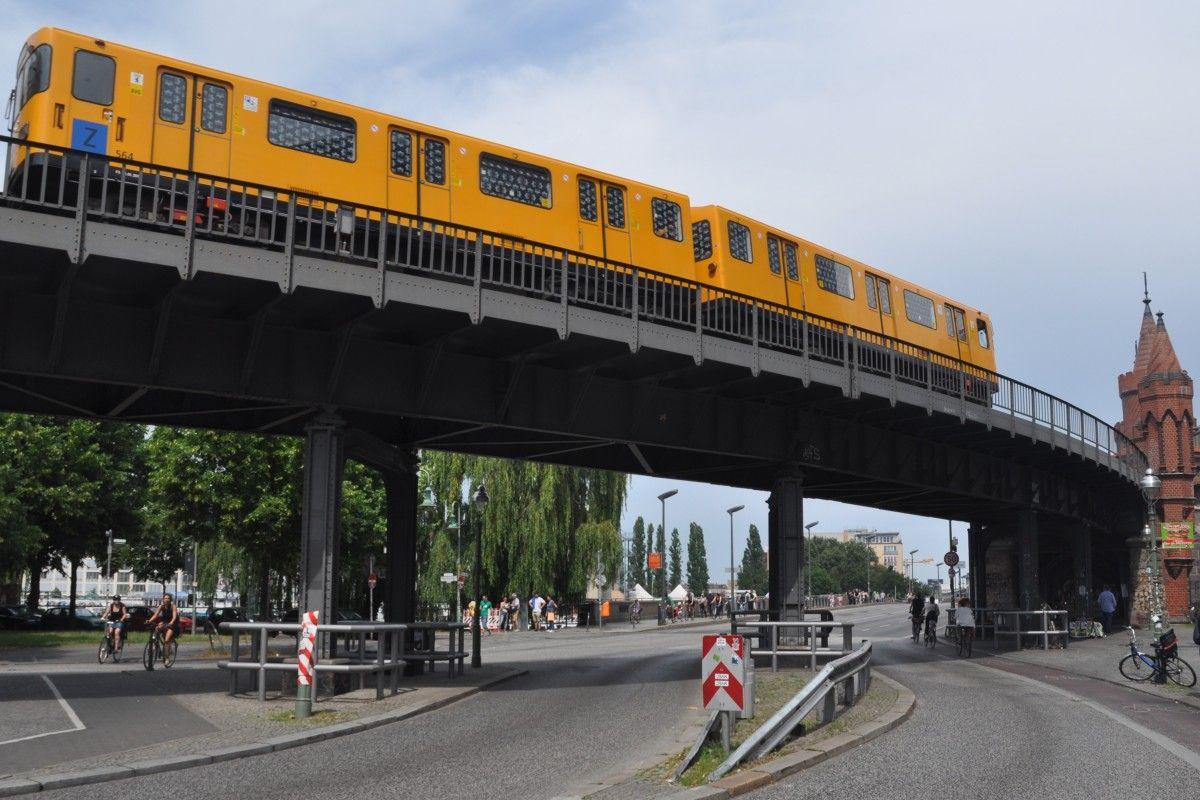 Berlin 05 07 2014 U1 Bei Der Anfahrt Auf Die Oberbaumbrucke Und Den Dahinterliegenden U Bahnhof Warschauer Strasse Oberbaumbrucke Bahn Berlin Berlin