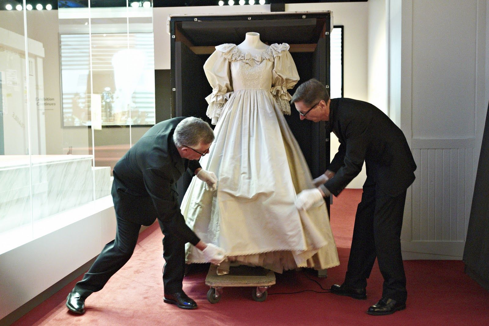 Princess Diana S Wedding Dress Travelled To The Mall Of America In Bloomington To Be Th Princess Diana Wedding Dress Diana Wedding Dress Prince Charles Wedding