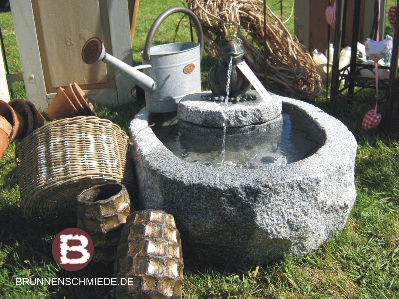 Granit Brunnentrog Mit Wasserspeiendem Froschkonig Aus Bronze Wasserspiel Aus Naturstein Mit Frosch Www Brunnenschmiede De Brunnentrog Quellstein Brunnen