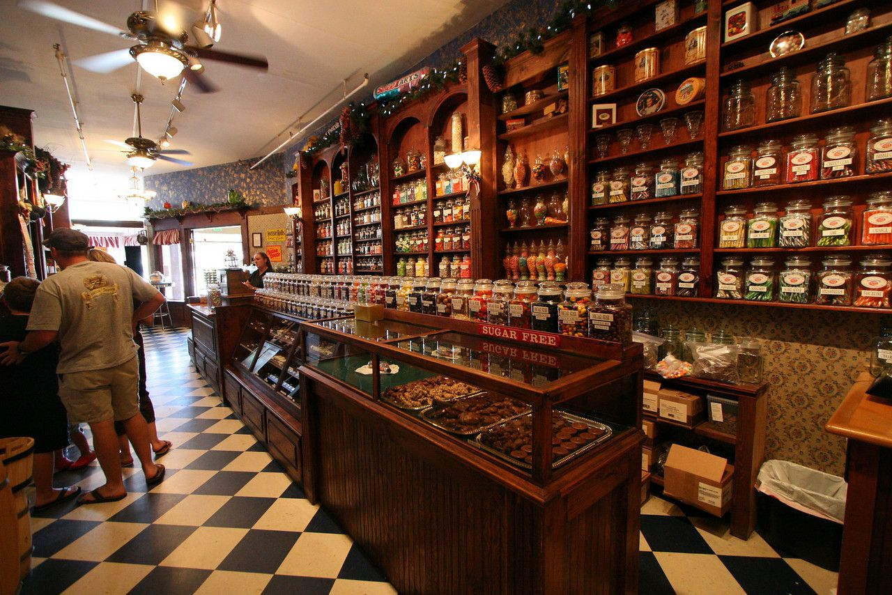 b1456ffff Old-fashioned candy store...not a vintage photo, but it is a vintage feel