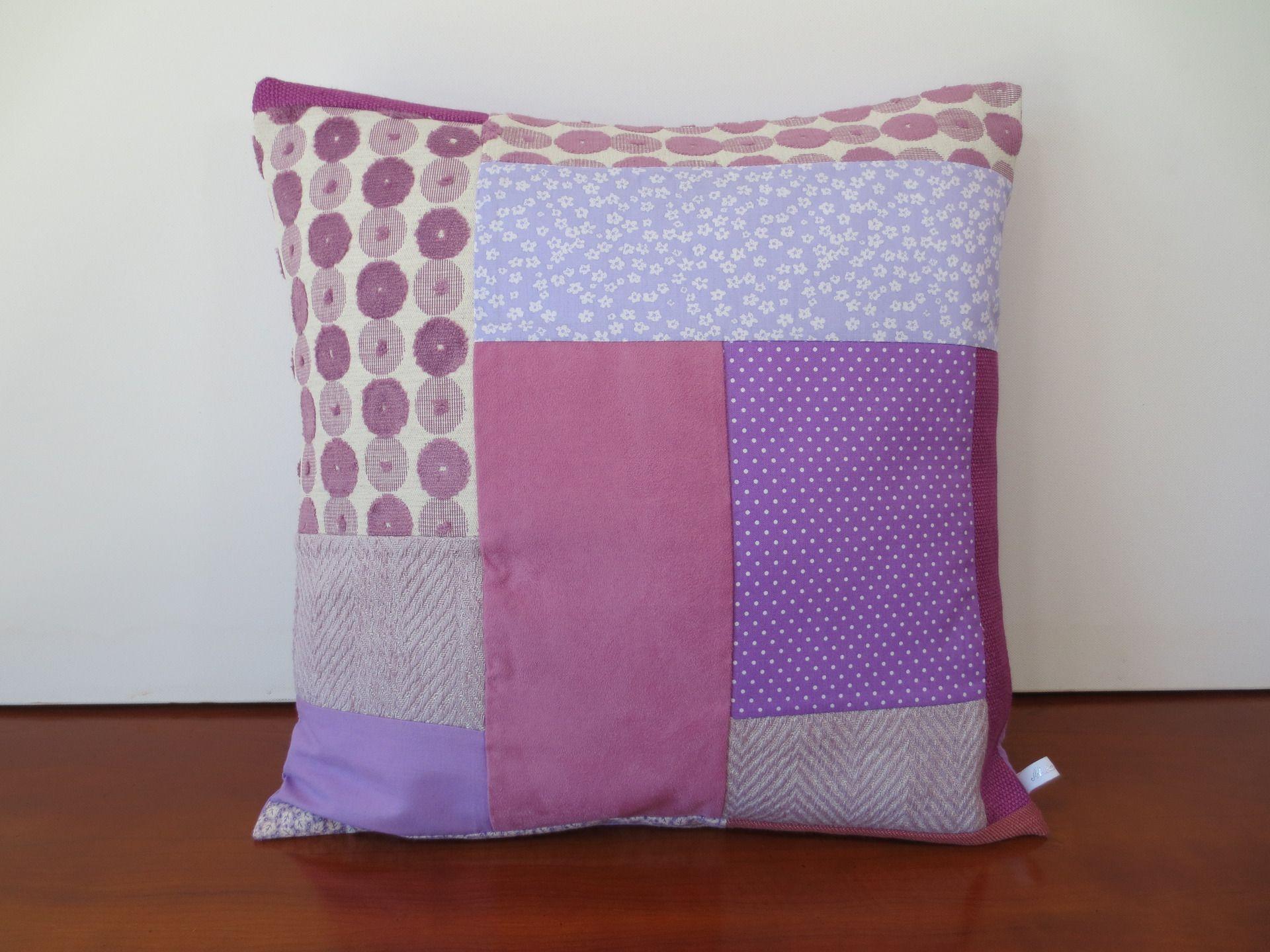 Housse de coussin en patchwork camaïeu de violet : Textiles et tapis par michka-feemainpassionnement