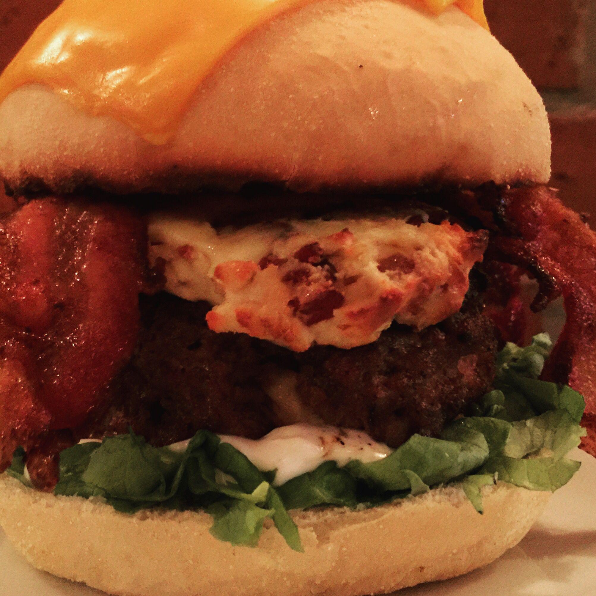 Alface, maionese de oliva, Burger blend de entrecot e costela recheado com mussarela cremosa, mussarela cremosa com crispy de bacon e bacon na manteiga com molho worcestershire.  #agentenãocopia #burgerlover #foodporn #instaburger #burgerporn
