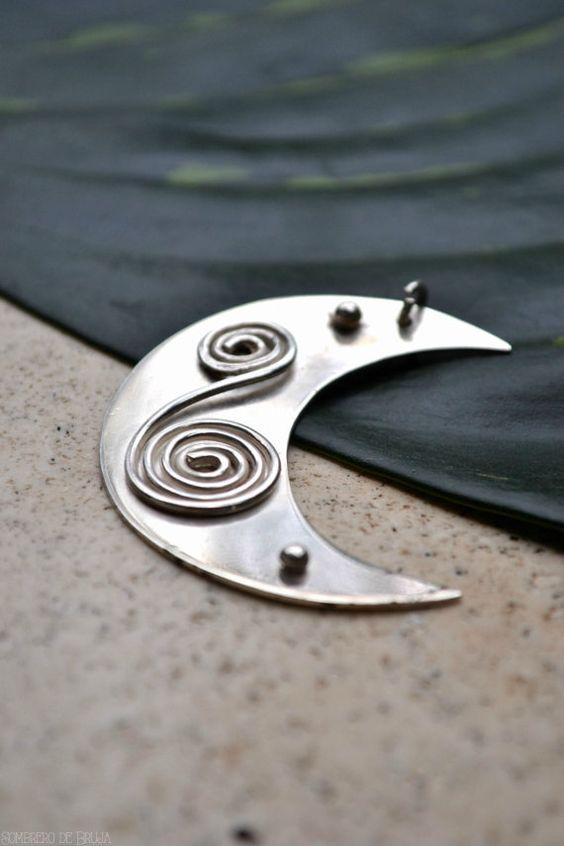 Pendiente Luna de Pata Sterling Luna Boho Plata por SombrerodeBruja. Hermosa Joyería hecha a mano! http://etsy.me/1NVivzi: