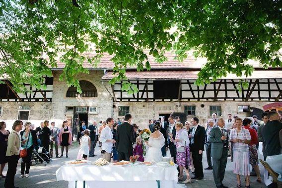 In Bad Urach Durfte Ich Bereits Im Letzten Jahr Eine Wunderschone Hochzeit In Der Kunkele Muhle Fotografieren Hochzeit Location Hochzeit Franzosische Hochzeit