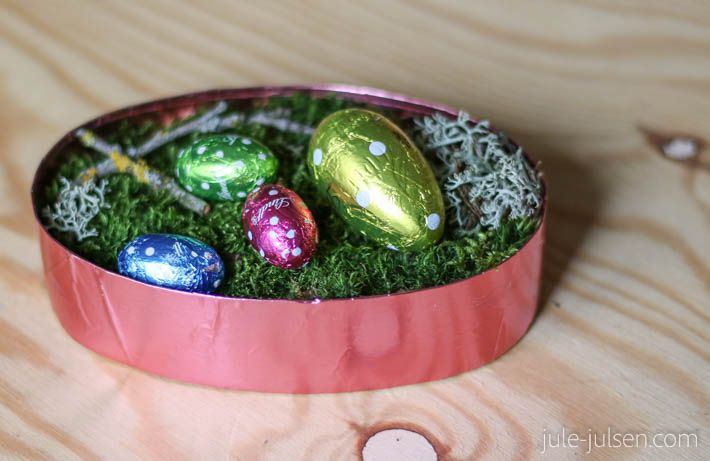diy easter decoration or gift: moss nest with colored chocolate eggs // diy Osterdeko oder Geschenk: Moosnest mit bunten Schokoeiern