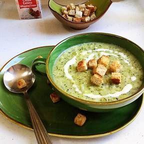 Brokkoli-Creme-Suppe mit knusprigen Knoblauch-Crôutons | Rezept | Kitchen Stories