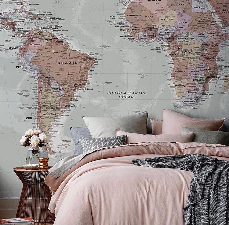 Un papier peint planisphère pour voyager même du fond de son lit